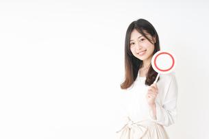 丸印を示す若い女性の写真素材 [FYI04656947]