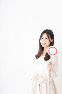丸印を示す若い女性の写真素材 [FYI04656948]