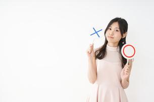 丸印を示す若い女性の写真素材 [FYI04656954]