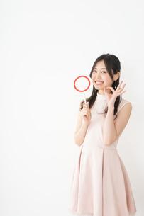 丸印を示す若い女性の写真素材 [FYI04656955]