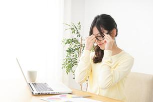 オフィスワークで疲れた若い女性の写真素材 [FYI04656956]