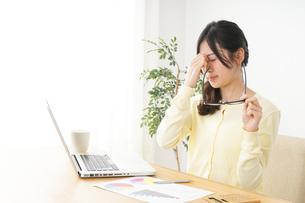 オフィスワークで疲れた若い女性の写真素材 [FYI04656960]