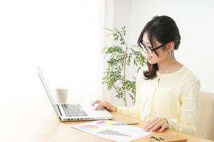 オフィスワークで疲れた若い女性の写真素材 [FYI04656961]