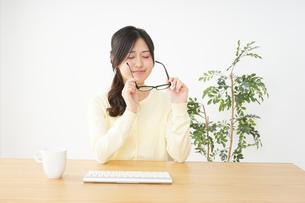 オフィスワークで疲れた若い女性の写真素材 [FYI04656974]