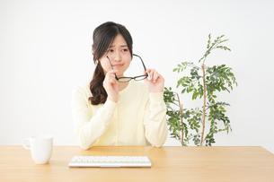 オフィスワークで疲れた若い女性の写真素材 [FYI04656976]