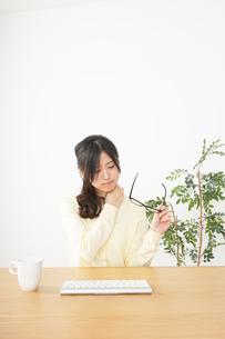 オフィスワークで疲れた若い女性の写真素材 [FYI04656978]