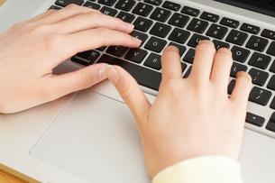 パソコンで入力する女性の写真素材 [FYI04656979]