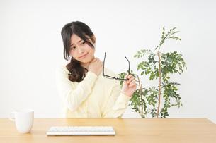 オフィスワークで疲れた若い女性の写真素材 [FYI04656980]