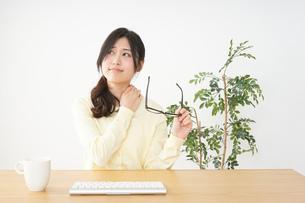 オフィスワークで疲れた若い女性の写真素材 [FYI04656981]