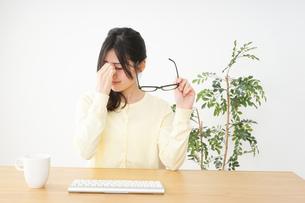 オフィスワークで疲れた若い女性の写真素材 [FYI04656982]