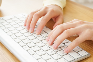 パソコンで入力する女性の写真素材 [FYI04656984]