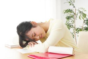 睡眠不足の若い女性の写真素材 [FYI04656986]
