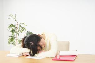 睡眠不足の若い女性の写真素材 [FYI04656987]