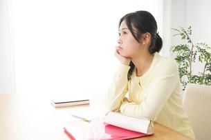睡眠不足の若い女性の写真素材 [FYI04656989]