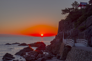 日の出と桂浜の写真素材 [FYI04656991]