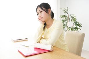 睡眠不足の若い女性の写真素材 [FYI04656995]