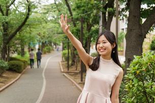 デートの待ち合わせをする若い女性の写真素材 [FYI04657008]