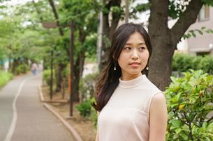 デートの待ち合わせをする若い女性の写真素材 [FYI04657010]