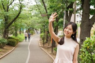 デートの待ち合わせをする若い女性の写真素材 [FYI04657011]