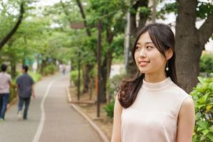 デートの待ち合わせをする若い女性の写真素材 [FYI04657012]
