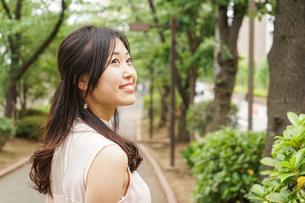 デートの待ち合わせをする若い女性の写真素材 [FYI04657014]