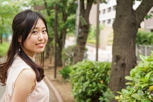 デートの待ち合わせをする若い女性の写真素材 [FYI04657015]