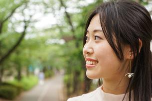 デートの待ち合わせをする若い女性の写真素材 [FYI04657016]