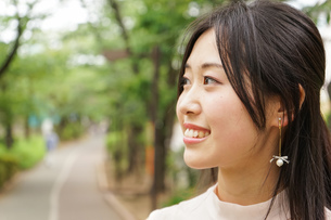 デートの待ち合わせをする若い女性の写真素材 [FYI04657017]
