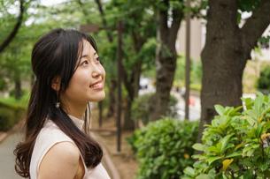 デートの待ち合わせをする若い女性の写真素材 [FYI04657018]