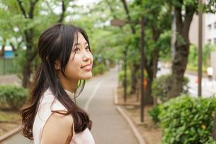 デートの待ち合わせをする若い女性の写真素材 [FYI04657022]