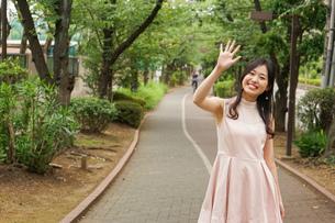 デートの待ち合わせをする若い女性の写真素材 [FYI04657024]