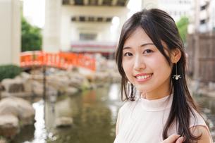 デートの待ち合わせをする若い女性の写真素材 [FYI04657026]