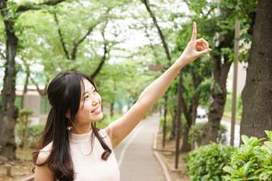 指差す若い女性の写真素材 [FYI04657117]