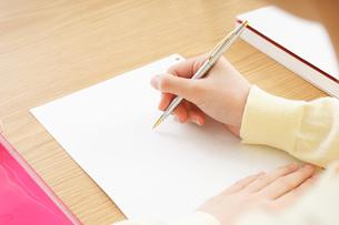 自宅で勉強をする若い女性の写真素材 [FYI04657121]