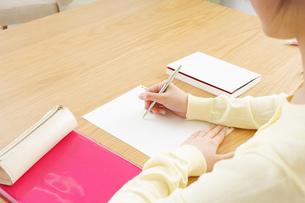自宅で勉強をする若い女性の写真素材 [FYI04657122]