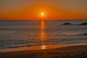 日の出と桂浜の写真素材 [FYI04657124]