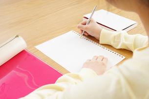 自宅で勉強をする若い女性の写真素材 [FYI04657125]
