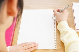 自宅で勉強をする若い女性の写真素材 [FYI04657126]
