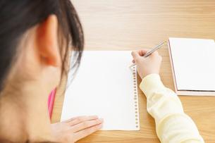 自宅で勉強をする若い女性の写真素材 [FYI04657154]