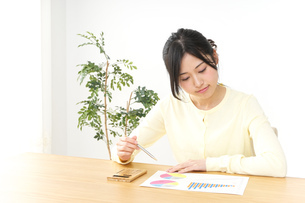 仕事する若い女性の写真素材 [FYI04657185]