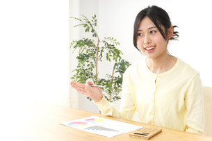 仕事する若い女性の写真素材 [FYI04657194]