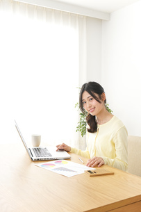 仕事する若い女性の写真素材 [FYI04657197]