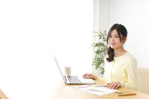 仕事する若い女性の写真素材 [FYI04657200]
