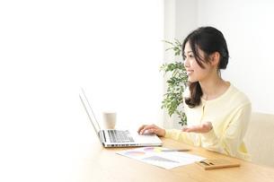仕事する若い女性の写真素材 [FYI04657202]