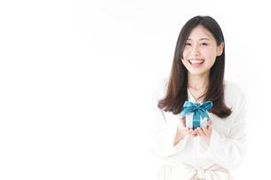 プレゼントと若い女性の写真素材 [FYI04657288]