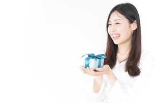 プレゼントと若い女性の写真素材 [FYI04657292]