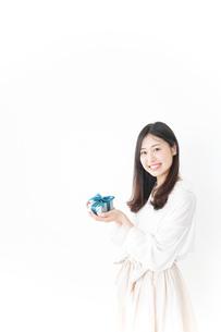 プレゼントと若い女性の写真素材 [FYI04657294]
