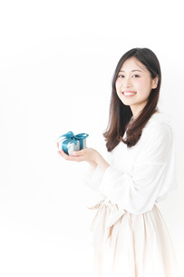 プレゼントと若い女性の写真素材 [FYI04657296]