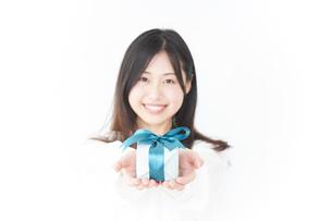 プレゼントと若い女性の写真素材 [FYI04657305]