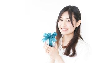 プレゼントと若い女性の写真素材 [FYI04657314]